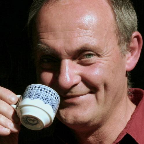 Portrait von Alex Kunkel trinkt Kaffee
