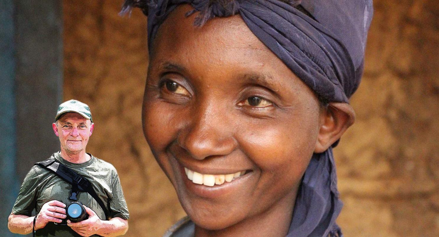 Alex Kunkel mit Kamera und Portrait einer lächelnden Dame mit violettem Tuch auf dem Kopf
